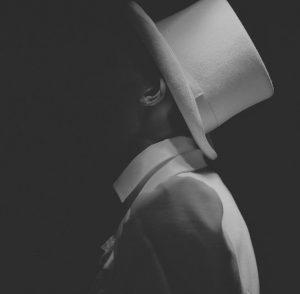 Pirate informatique avec un chapeau blanc